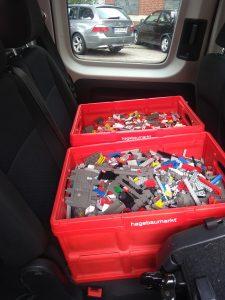 Transportkisten mit gespendeten Lego-Steinen