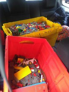 Zwei Transportkisten voller Lego-Steine im Auto